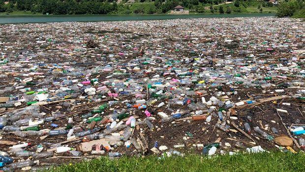 Tužan prizor sa jezera Gazivode. Foto: Facebook/JKP Gradska čistoća Novi Pazar